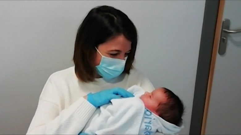 بسبب كورونا.. أم تحتضن طفلها لأول مرة بعد 10 أيام من ولادته