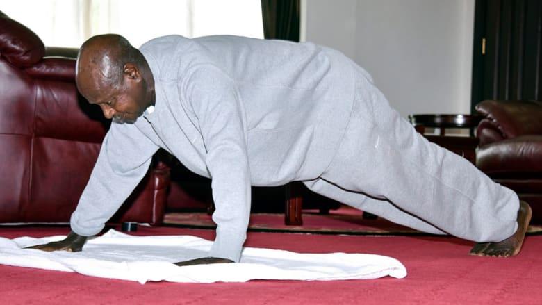 فيديو لرئيس أوغندا أثناء ممارسته التمارين الرياضية داخل مكتبه