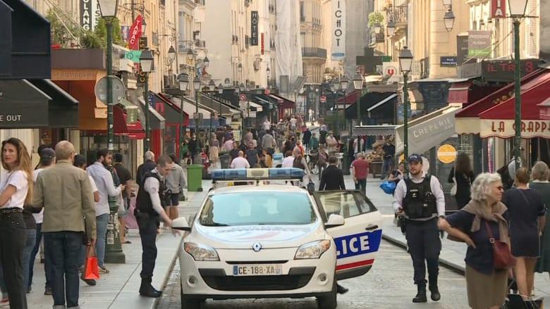 رغم تفشي فيروس كورونا.. شوارع باريس تكتظ بالمارة