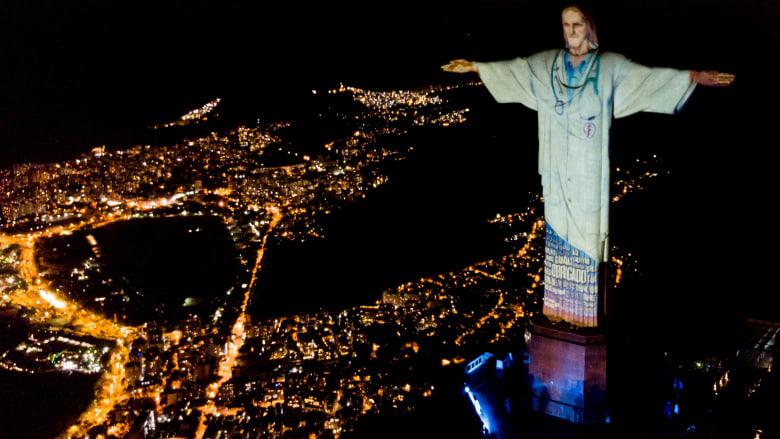 تمثال المسيح الفادي في ريو دي جانيرو يضيئ بمشهد طبيب في ظل فيروس كورونا