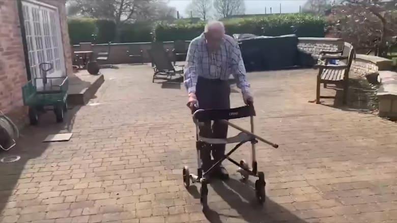 محارب قديم بعمره 99 عاماً يجمع مليوني دولار عبر التجول في حديقته