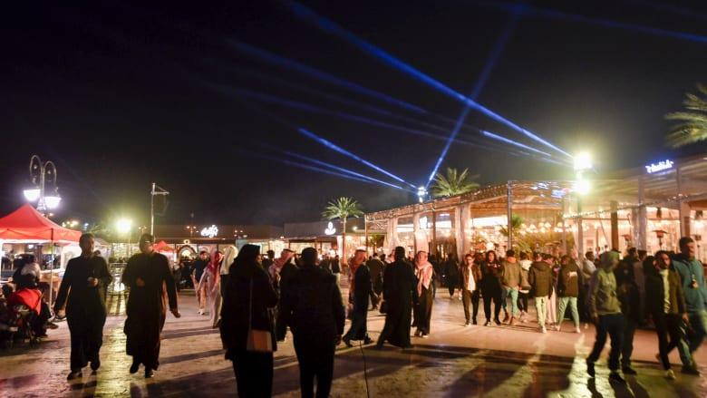 صورة أرشيفية لمرتادي منطقة البوليفارد في الرياض ضمن فعاليات موسم الرياض