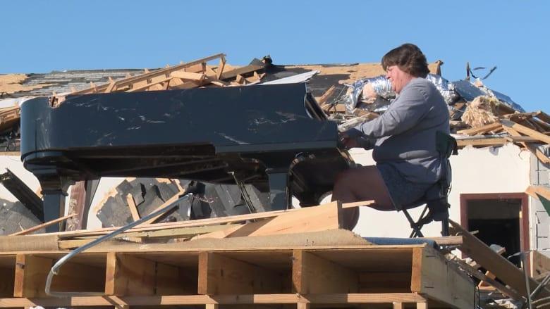 امرأة تعزف البيانو وسط أنقاض كنيسة دمرها الإعصار