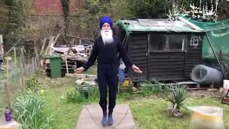 """بعمر 73 عاماً.. رجل من الديانة السيخية يثير تفاعلا بتمارين """"القفز بالحبل"""""""