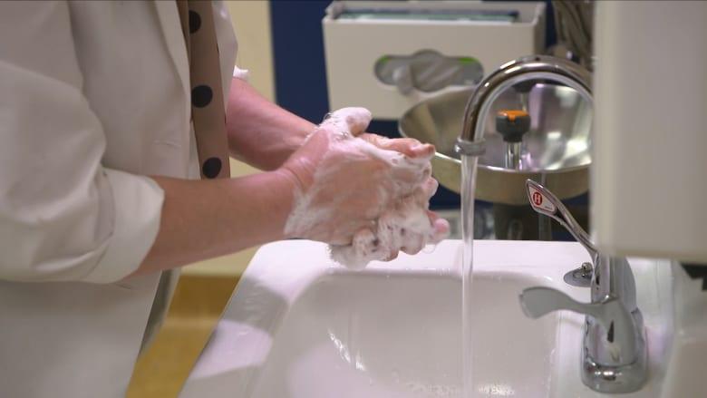 ممرضة تشرح أفضل آلية لغسل اليدين للوقاية من فيروس كورونا