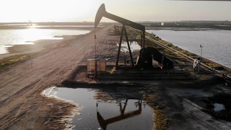 بعد انهيار الخام الأمريكي التاريخي.. أسعار النفط تستمر بالتراجع
