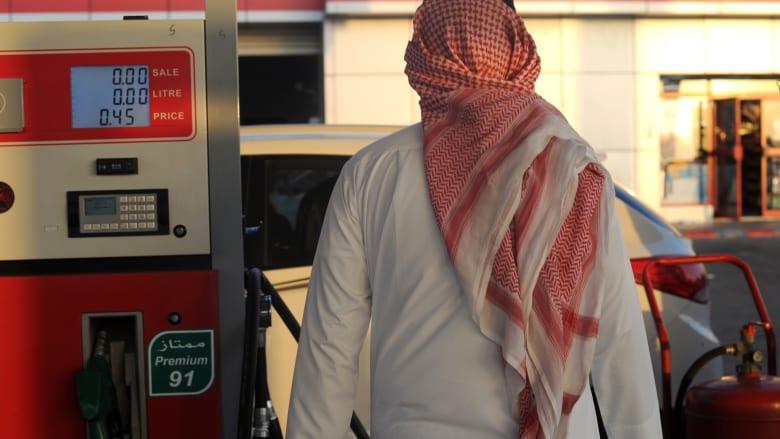 صورة ارشيفية لرجل في محطة وقود في السعودية