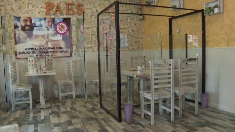 حانات ومطاعم في إسبانيا بحواجز بلاستيكية للحماية من كورونا