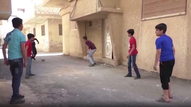 من أزقة الحارات.. طفل سوري يبدع في التعليق على مباريات كرة القدم