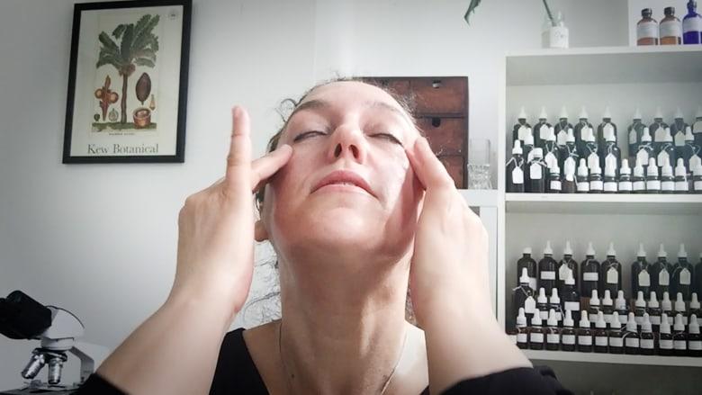 في 60 ثانية.. جرب هذه الطريقة لتدليك وجهك في المنزل