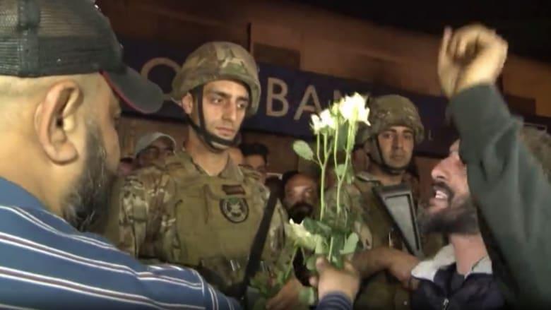 شاهد.. متظاهرون لبنانيون يقدمون الورود لعناصر الجيش في طرابلس
