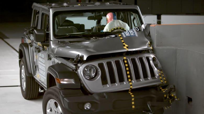 """شاهد.. لحظة انقلاب سيارة """"جيب رانغلر"""" أثناء اختبار السلامة"""
