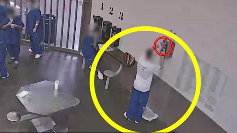 سجناء يصيبون أنفسهم بفيروس كورونا.. والسبب؟