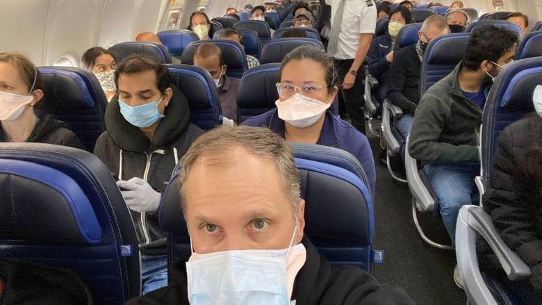 صورة تُظهر طائرة أمريكية تزدحم بالمسافرين في ظل فيروس كورونا