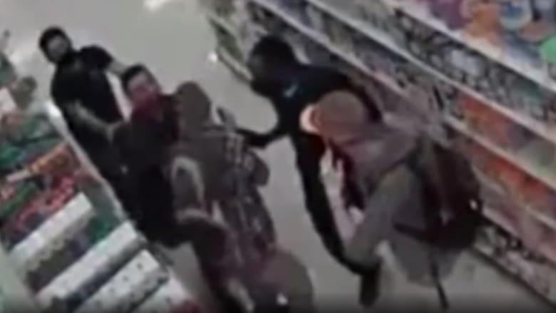 كاميرا مراقبة توثق لحظة وقوع عراك عنيف داخل متجر والسبب قناع الوجه