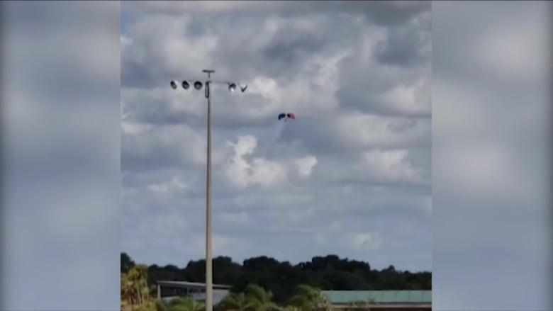 """بالفيديو.. لحظة سقوط رجلين من طائرة بعد """"عطل بفتح المظلات"""""""