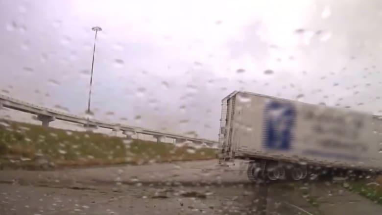 باللحظات الأخيرة.. نجاة ضباط شرطة من الارتطام بشاحنة خارجة عن السيطرة