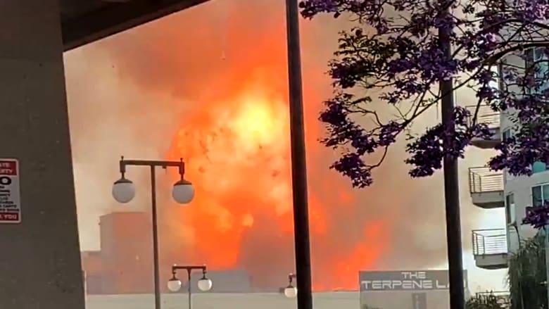 انفجار هائل في مبنى تجاري يصيب 11 رجل إطفاء بحروق في لوس أنجلوس