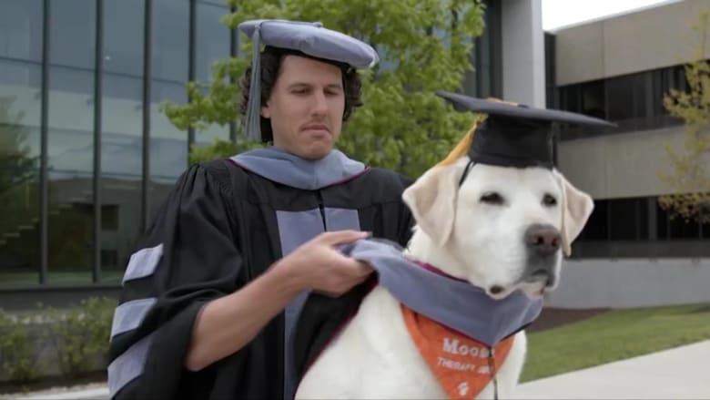 جامعة أمريكية تمنح كلبًا شهادة دكتوراة فخرية