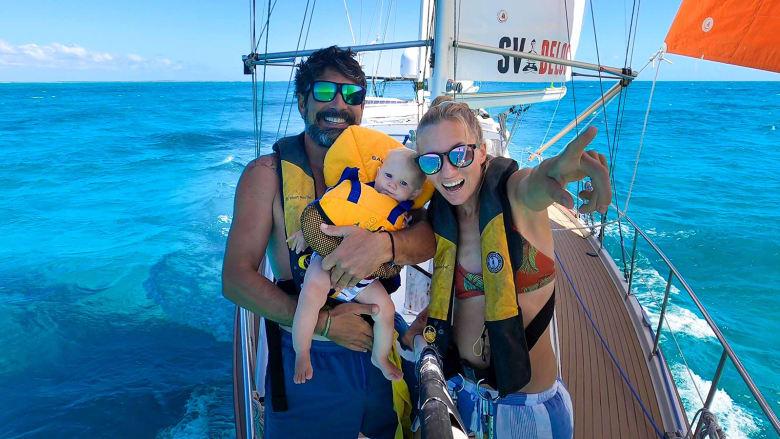 """عائلة تعيش على متن قارب في المحيط """"هربا"""" من فيروس كورونا"""