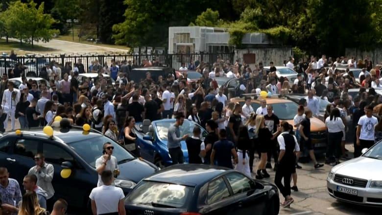 حوالي 2000 طالب من بلغاريا يقيمون حفلة في الشارع على الرغم من كورونا
