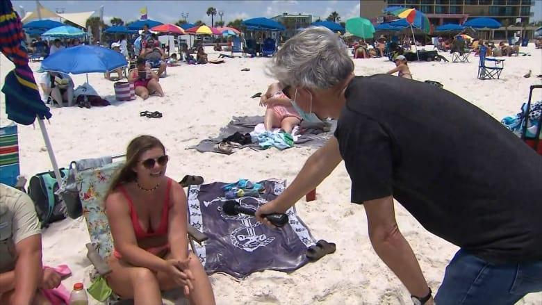"""مراسل CNN يناقش مرتادي أحد الشواطئ الأمريكية.. """"جميعنا سنموت"""""""