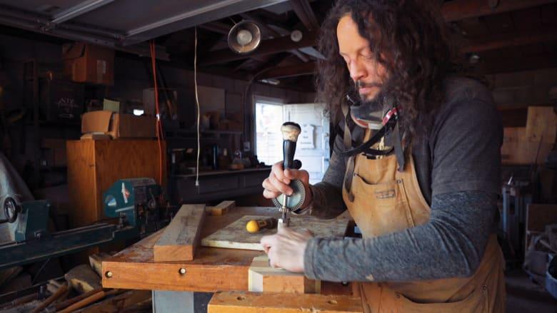 كفيف يصنع التحف الفنية الخشبية بعد محاولة انتحاره وفقدان بصره