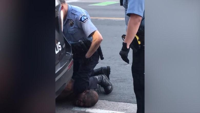 """""""لا أستطيع التنفس"""".. مقتل رجل أسود بعد أن دهس شرطي أمريكي أبيض رقبته"""