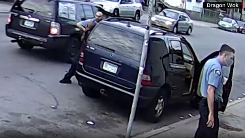 """فيديو جديد حصلت عليه CNN يظهر لحظة مقتل """"جورج فلويد"""" على يد شرطي أمريكي"""
