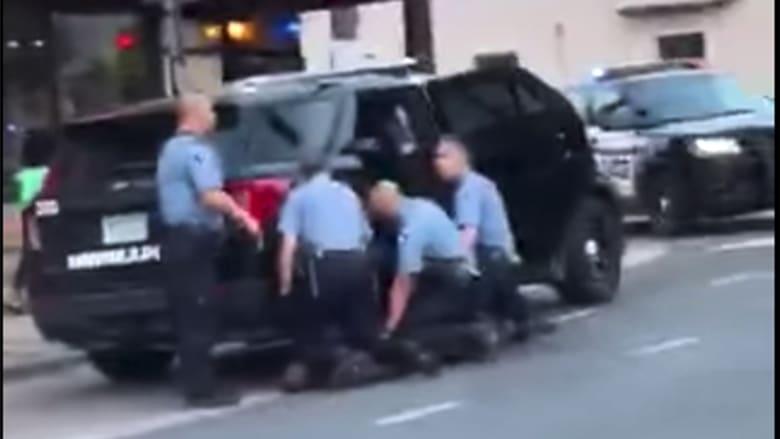 فيديو جديد يكشف ما حدث لجورج فلويد.. 3 ضباط يجثون عليه