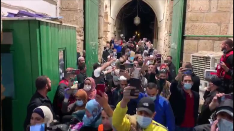 فلسطينيون يهتفون فرحا مع عودتهم للصلاة في المسجد الأقصى