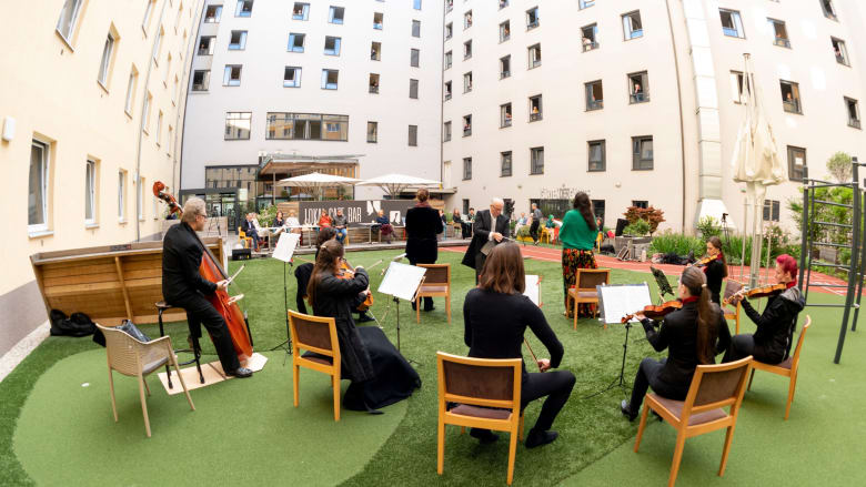 يُسمح لهم الإطلالة من النوافذ فقط.. فناء فندق في فيينا يتحول إلى مسرح لغناء الأوبرا