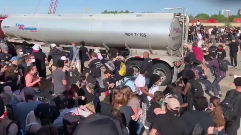 لحظة اجتياح شاحنة حشود المتظاهرين من أجل جورج فلويد في منيابوليس
