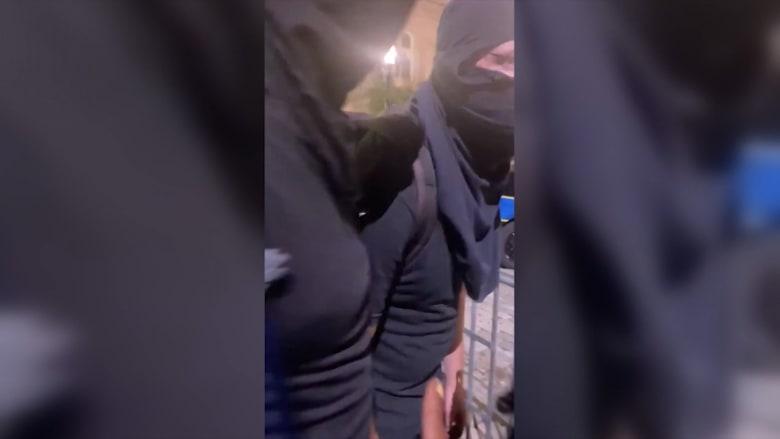 محتجون سود يجبرون رجلين على مغادرة الاحتجاجات لاستفزازهما رجال الشرطة