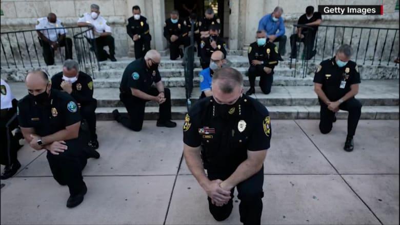 الشرطة الأمريكية في مواجهة المتظاهرين.. يد تضرب ويد تغسل الحزن والغضب