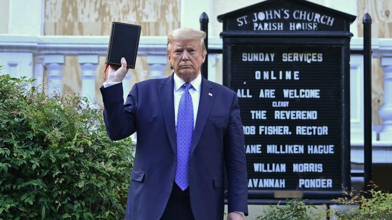 ترامب يرفع الكتاب المقدس أمام كنيسة القديس جون قرب البيت الأبيض