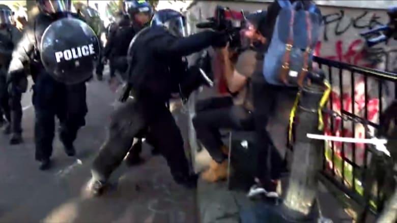 بالفيديو.. شرطي أمريكي يهاجم صحفيين أستراليين وسط مظاهرات فلويد
