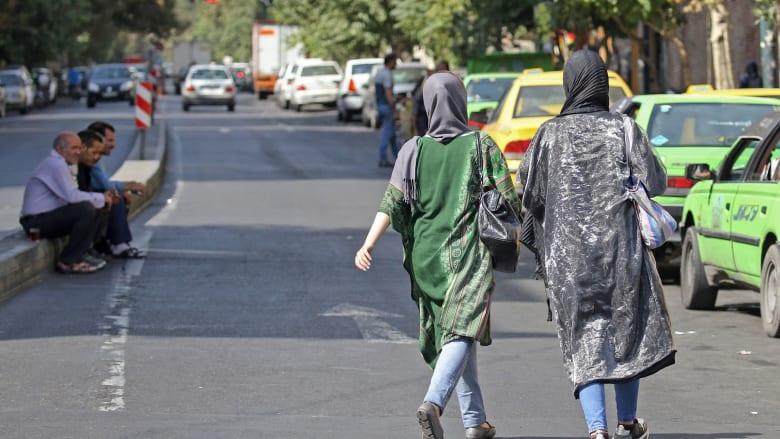 صورة ارشيفية (تعبيرية) لفتاتين تسيران في طهران بإيران