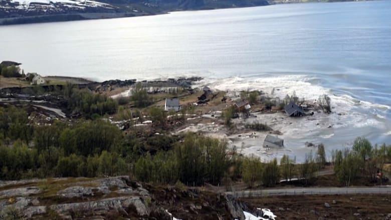 انهيار أرضي نادر الحدوث.. يجرف منازل في النرويج إلى مياه البحر