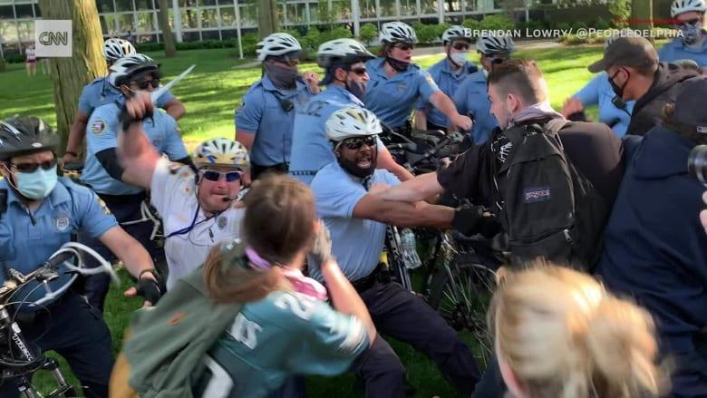 شرطي أمريكي يضرب رأس طالب بعصا معدنية أثناء مظاهرات