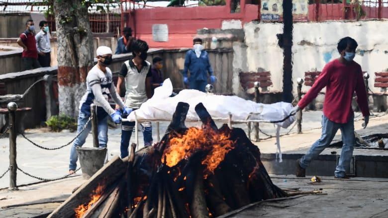 أقارب شخص توفي بفيروس كورونا في الهند يدخلون الضحية إلى إحدى أكبر محارق الجثث في البلاد (يونيو 2020)