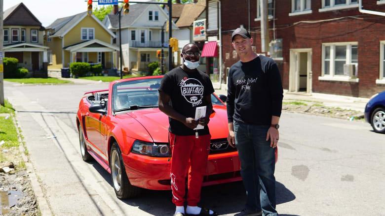 هدية سيارة رياضية ومنحة دراسية.. شاب أمريكي أسود يحصل على مفاجأة عمره
