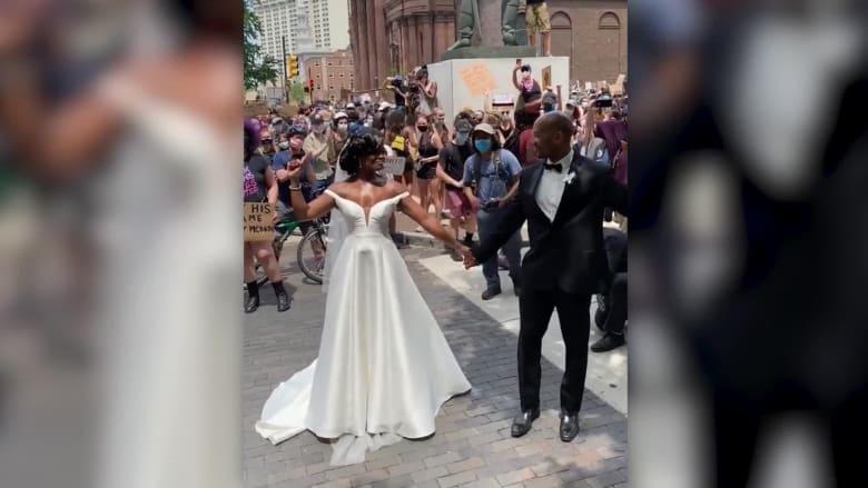 عروس وعريسها يقطعان لحظات زفافهما لينضما إلى المتظاهرين في فيلادلفيا