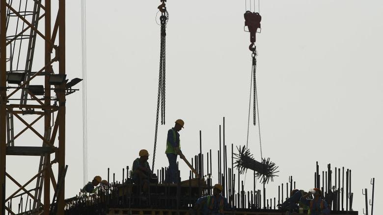 صورة أرشيفية لعمال في موقع بناء في قطر