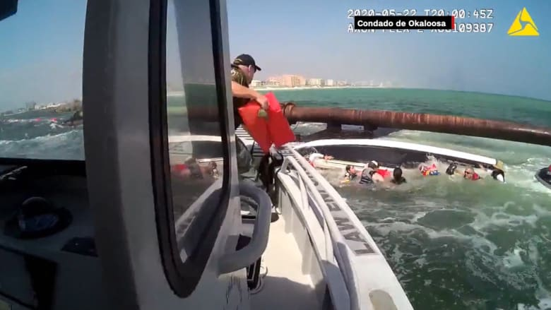 لحظة غرق قارب يحمل 9 أشخاص.. ورجال الإنقاذ يصلون بالوقت المناسب