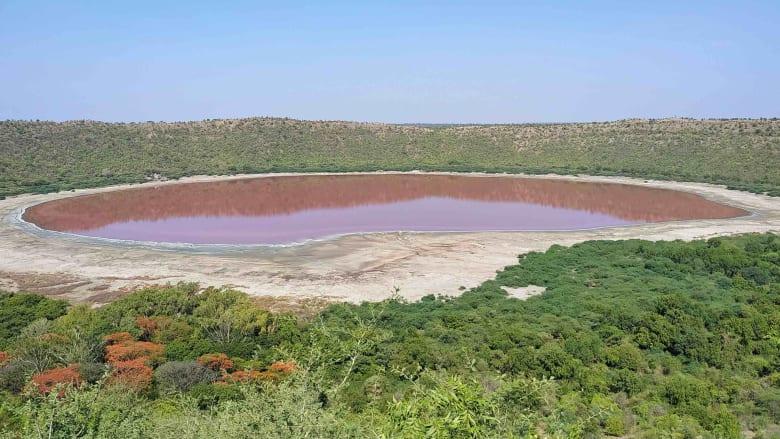 شاهد.. بحيرة عمرها 50 ألف عام تتحول فجأة للون الوردي