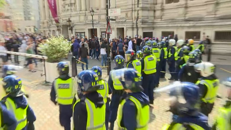 صدامات عنيفة بين الشرطة ومتظاهرين من اليمين المتطرف في وسط لندن