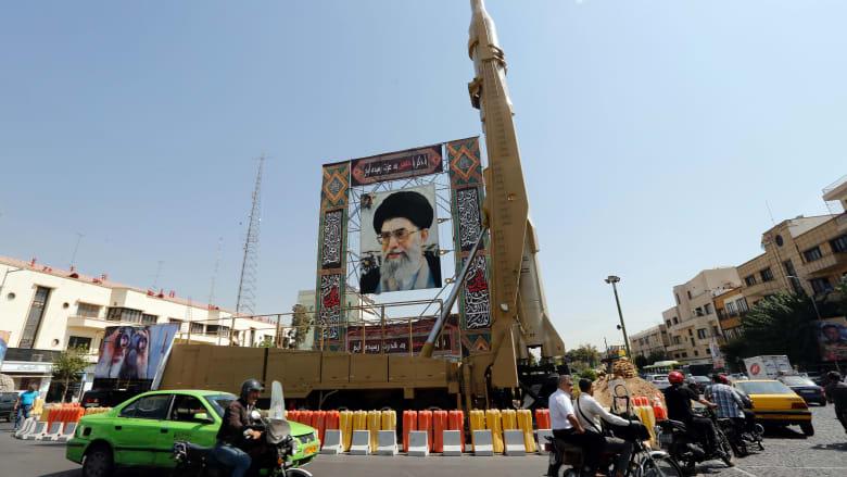 صورة أرشيفية لميدان يحمل صورة خامنئي ومجسم صاروخ في العاصمة طهران