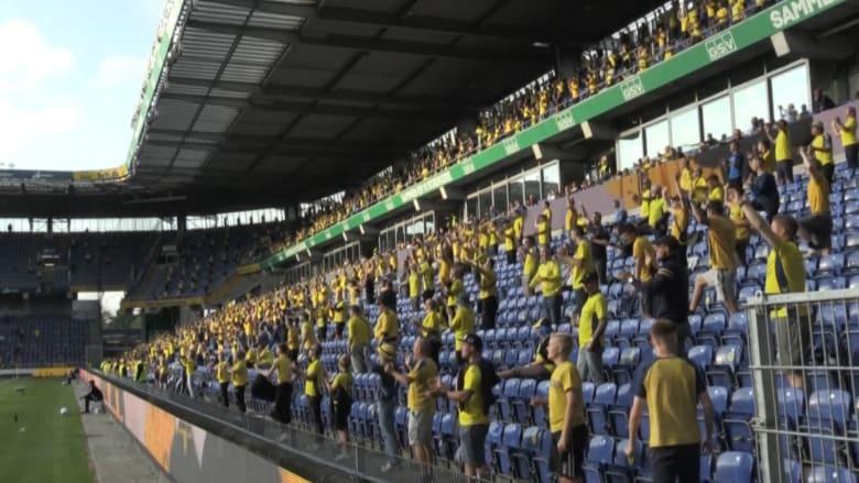 هكذا بدت مدرجات ملعب في الدنمارك بعد السماح بحضور المشجعين