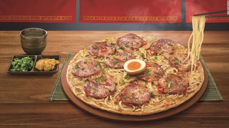 طبق جديد يجمع بين البيتزا والنودلز وقد تحتاج إلى عيدان الطعام